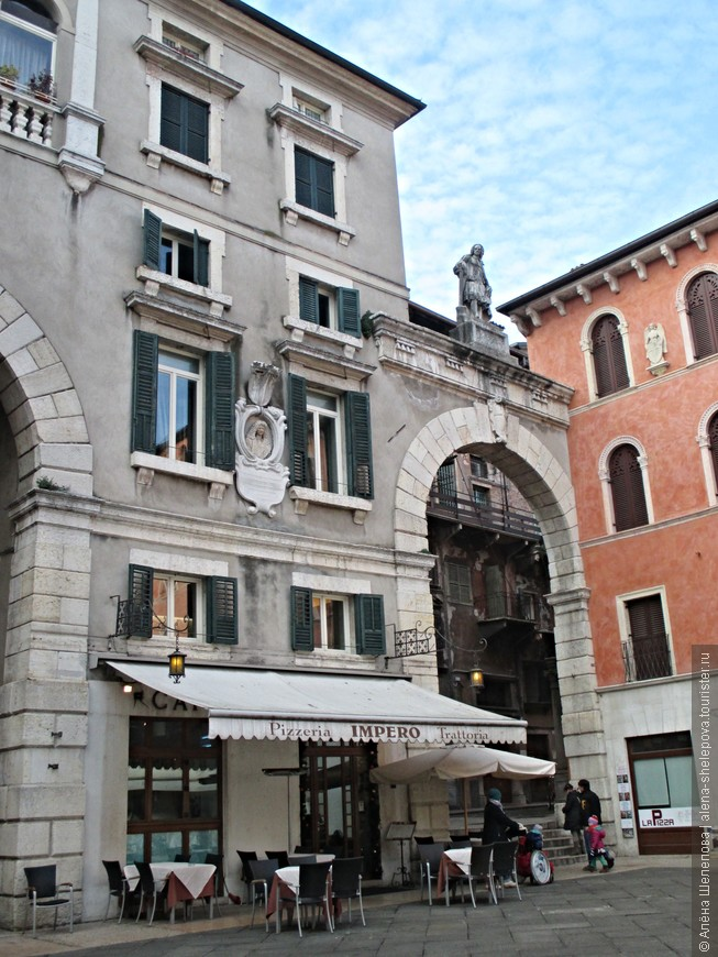 Площадь Синьории примыкает к пьяцца Эрбе. Она получила своё название благодаря тому, что на ней располагались здания городской власти