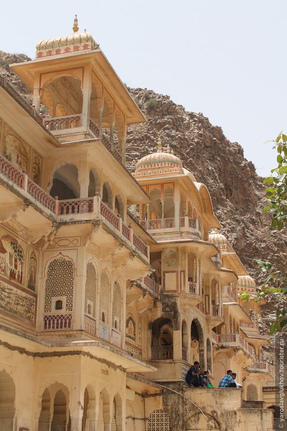 Храмы расположены на скалах, высоко над городом.