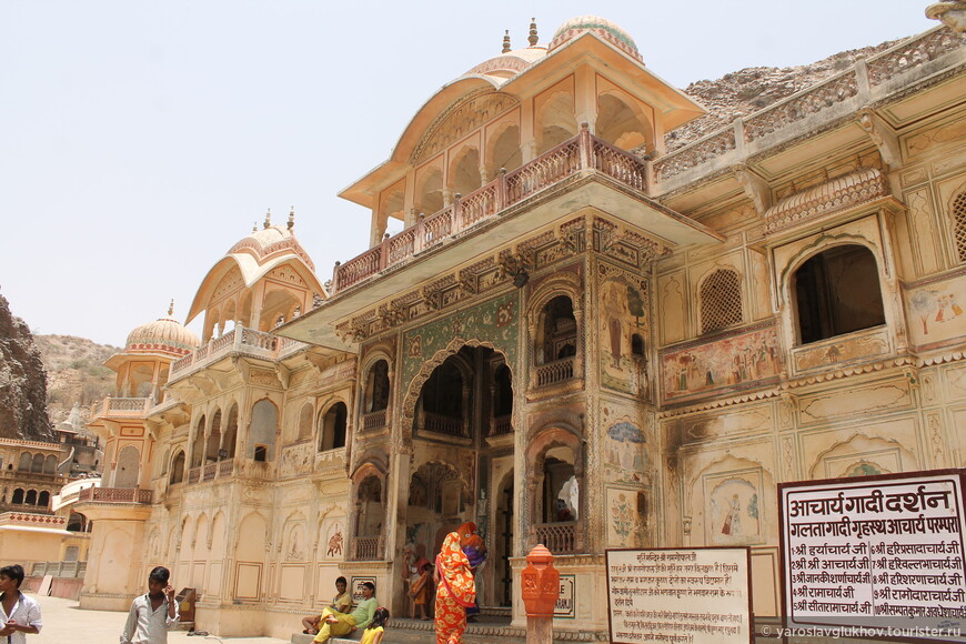 Галтаджи — это большой комплекс храмов. Это храм Ханумана.