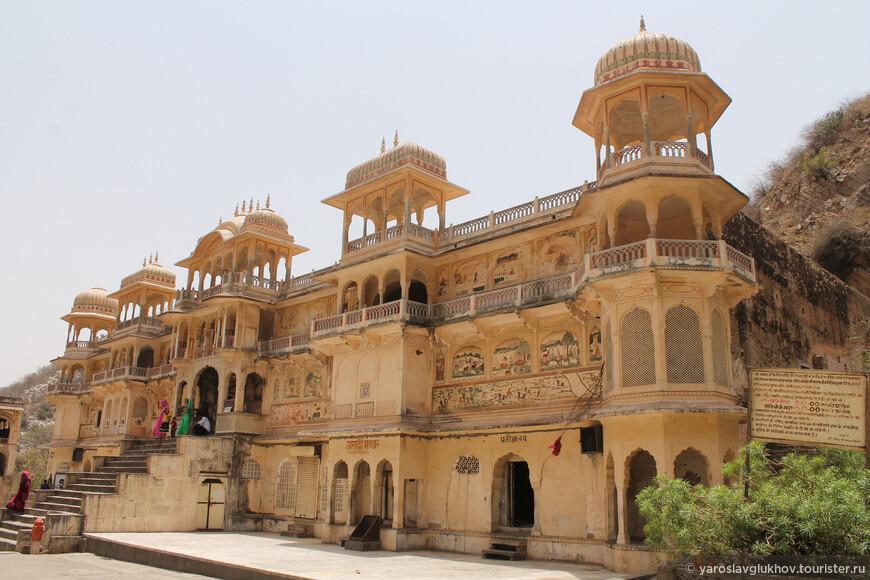 Храмы построены в едином архитектурном стиле, который характерен для Джайпура.