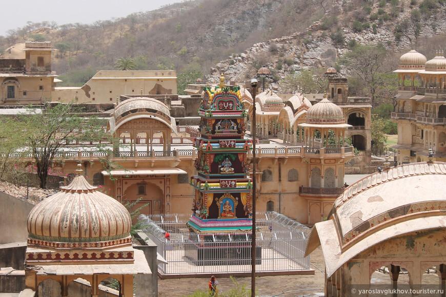 Вид на храмы, которые остались внизу.