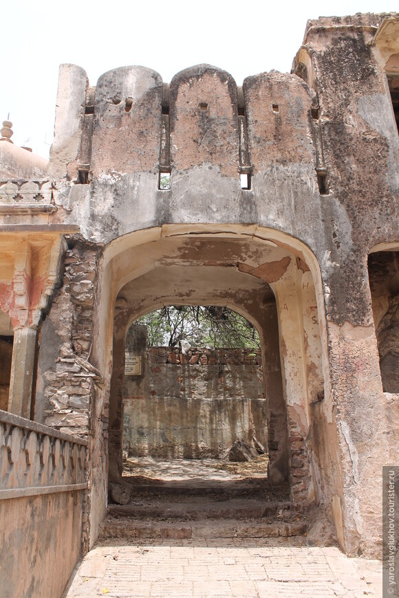 Старые стены храмов.