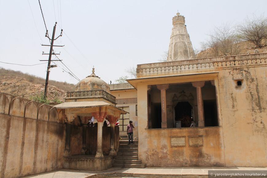 Храмы идёт всё дальше в горы, но туда идти опасно — мало людей и много агрессивных обезьян в отдалённых храмах.