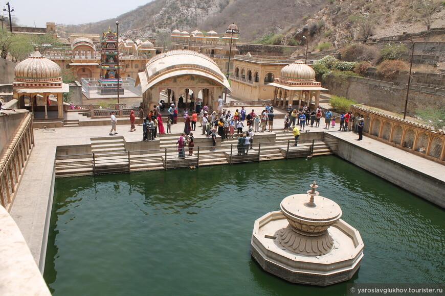 Вид на уже осмотренную часть храмов.