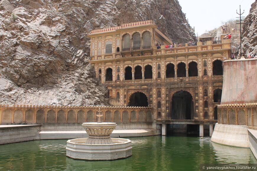 Этот храм — Шив Мандир. Перед ним находится водоём с фонтаном по центру.