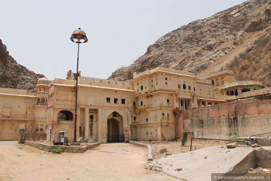 Вход на территорию храмового комплекса Галтаджи.