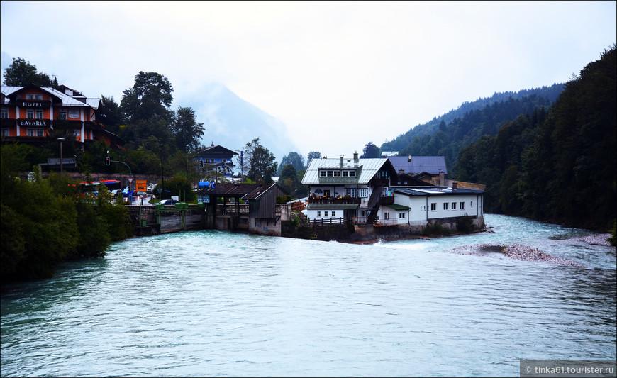 В этом месте  прохождения небольшой плотины речка становится  очень шумной.