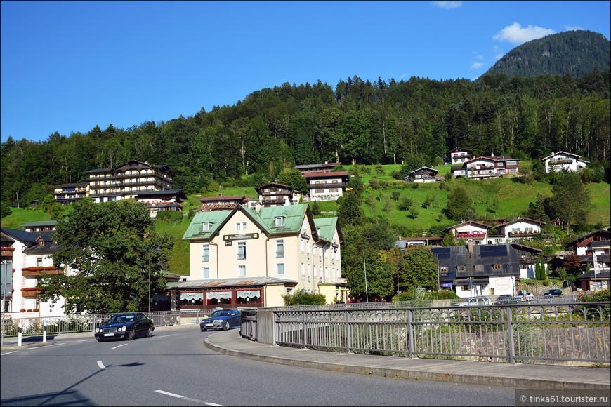 А в этом отеле с зеленой крышей мы чудесно провели три ночи. Отель Schwabenwirt.  Достаточно бюджетный и очень уютный Плюс удобно расположен, прямо напротив  вокзала и автобусной станции.