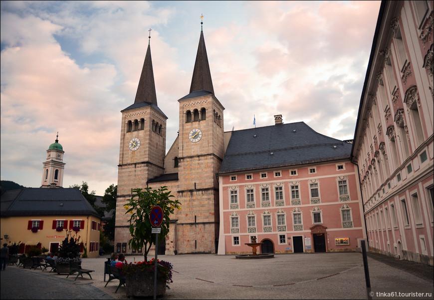 Замковая площадь Schlossplatz. Здесь  находится нежно-розовая  Королевская резиденция и прилепленная к ней церковь Stiftkirche. 12 века, между прочим.