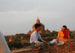 Интересная беседа Володи с нашим баганским гидом Чаном