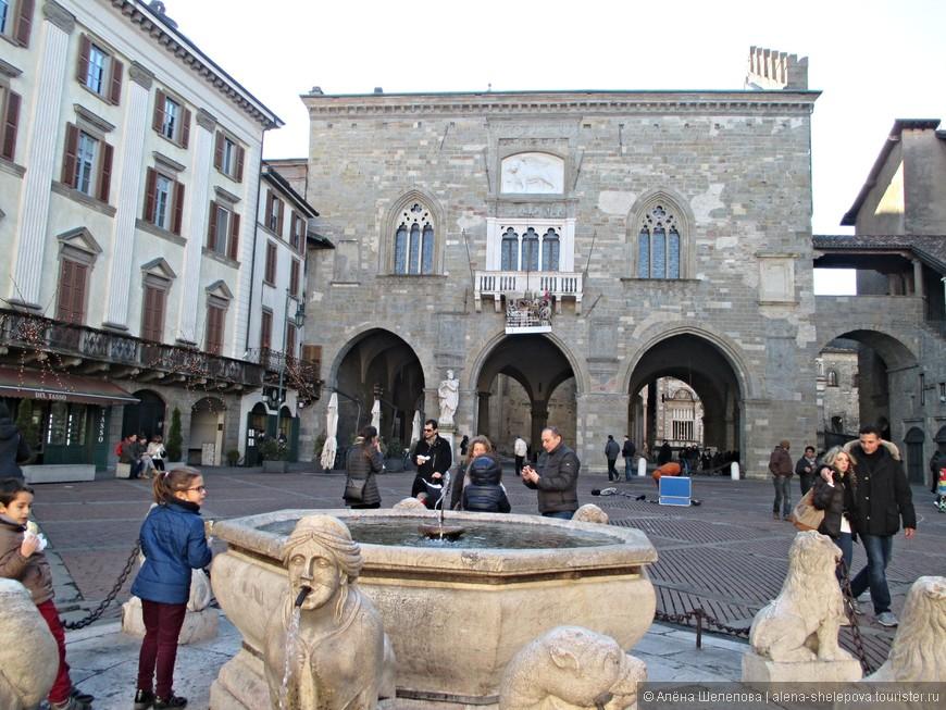 Старая площадь - сердце города. Вид на городскую ратушу, постройки 16 века.