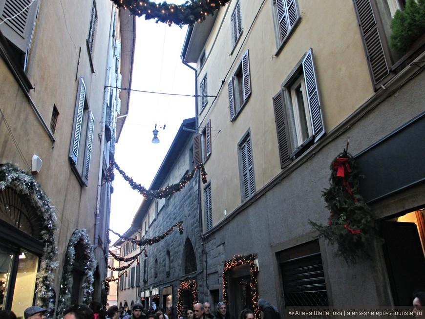 Улочки старого города, украшенные рождественскими атрибутами.