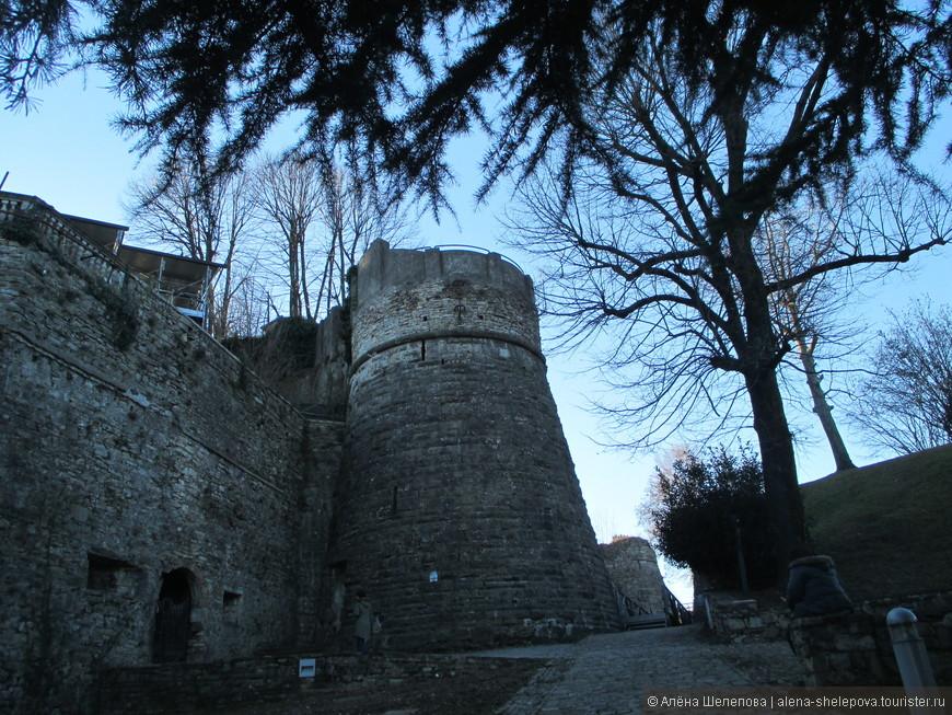 На скале находится замок Рокка, построенный в 14 веке. Сейчас в нем военный музей