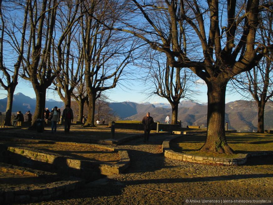 Небольшой парк возле замка