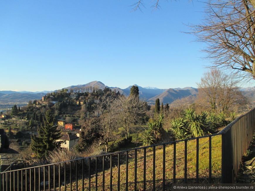 На самой вершине есть площадка с прекрасным видом на все окрестности.