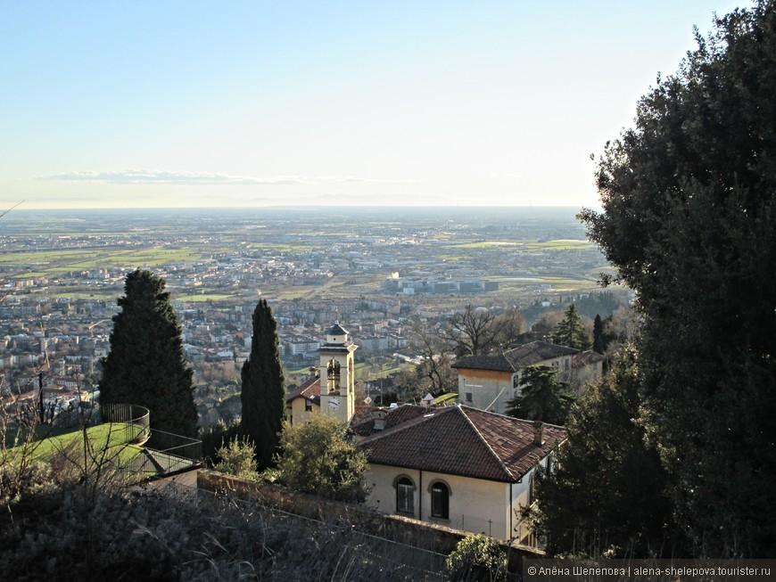 От старого города можно подняться еще выше, на скалу, на которой находится замок Рокка. Мы начали пеший подьем.