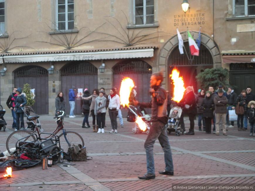 На площади рядом с Университетом Бергамо выступал факир. Он заворожил нас своим выступлением, чего он только не вытворял с горящими факелами.