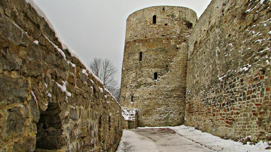 У древних стен Изборска. Никольский захаб. Башня Темнушка изнутри захаба. Прикрывала юго-западную часть города и главный  въезд в город через Никольские ворота.