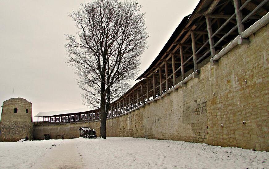 Южная городская стена и самая старая башня крепости - Луковка. Позже она была включена внутрь городских укреплений. Здесь располагались арсенал и пороховой погреб.