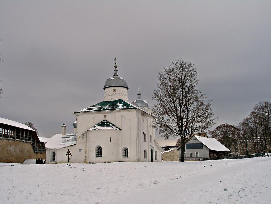 Внутри крепости только одно сохранившееся старое здание - Никольский собор, построенный в XIV веке.
