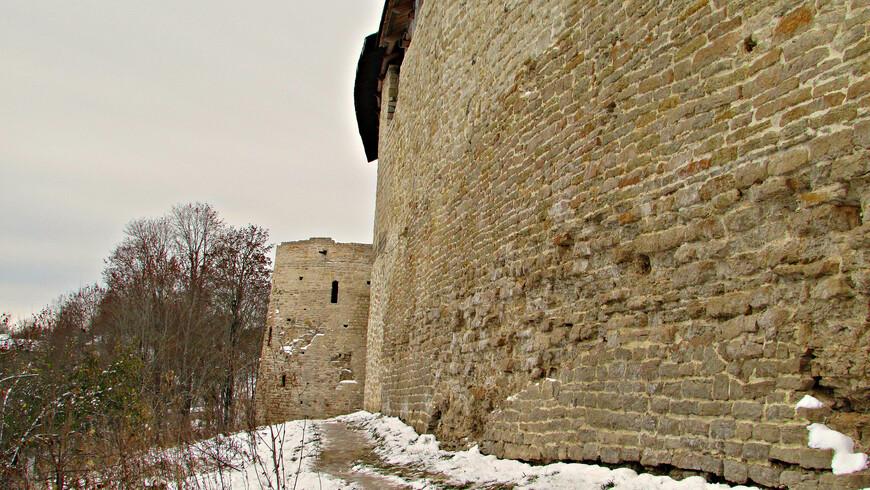 Стена и Колокьная башня снаружи. Когда-то здесь располагалась звонница Никольского собора.