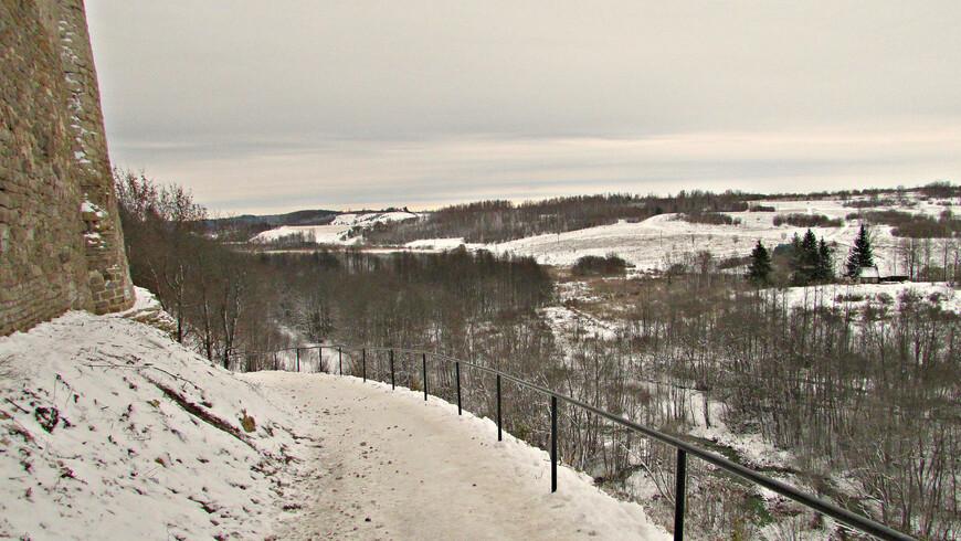 Вид на окрестности Изборска с вершины  Жеравьей горы от подножия Колокольной башни.
