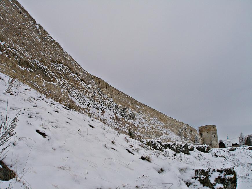 Восточная стена крепости и Талавская башня снаружи.
