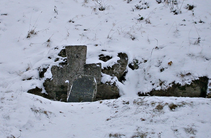 """Крест и стела в память защитников Изборска, погибших во время Тринадцатилетней войны с поляками 1654-1667 гг. На плите выбита надпись: """"На сем месте покоятся воины. Убиты в 1657 г."""" Это была, кажется, последняя осада в истории города."""