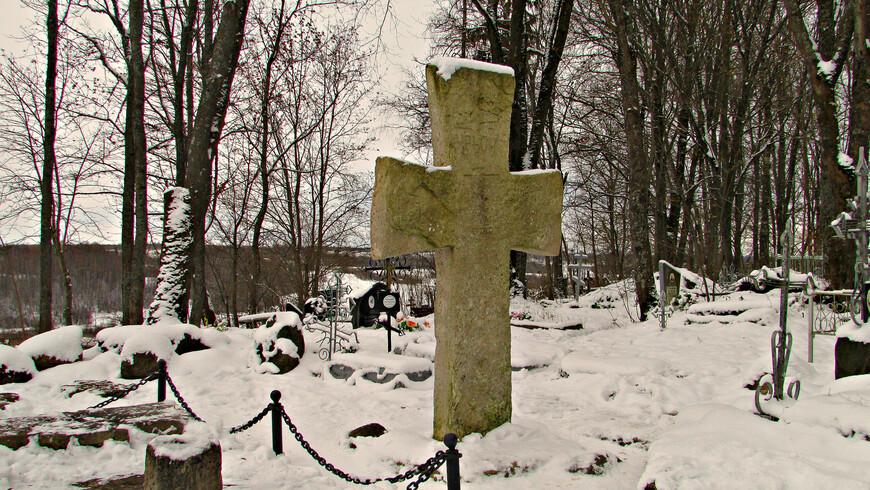 """Именно сюда, как свидетельствует """"Повесть временных лет"""", был приглашен в 862  г. на княжение брат Рюрика Трувор.  Неподалеку от городища - очень старое кладбище. На нем высится знаменитый Труворов крест. Существует легенда, что он поставлен над могилой первого изборского князя. Однако ученые датируют крест началом XV века."""