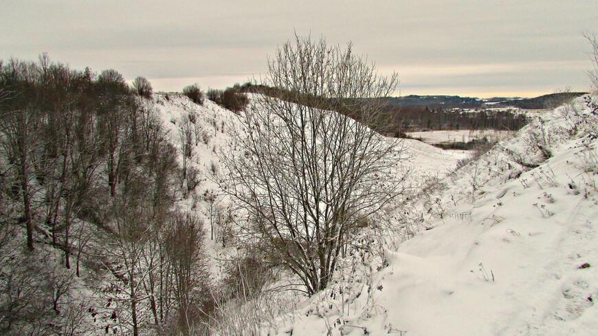 Место,  где располагался в эпоху первых варяжских князей древний Изборск, было хорошо укреплено самой природой. С севера и запада крепость защищали глубокие овраги.