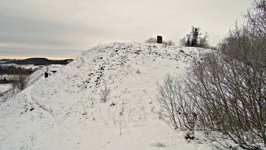 С юга насыпан высокий вал. Позже, когда соседями Пскова стали беспокойные ливонские рыцари, в укреплениях крепости были выявлены уязвимые места   (так рыцари сходу захватили Изборск в 1240 г.).  В XIV в. город был перенесен в новое место - на Жеравью гору. Старую крепость забросили. После выпадания снега, сюда не водят экскурсии (путь на вершину по крутой лестнице). Так что зимой на  Труворовом городище тихо и безлюдно. Лично я,  осматривая вал, встретил здесь только двух туристов.