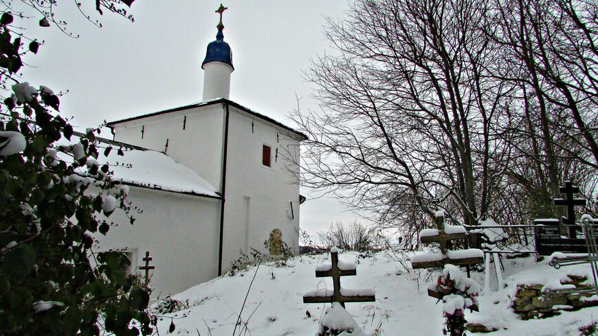 У края Труворова городища в конце XVI в. была построена Никольская церковь.