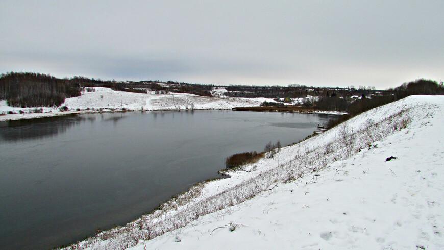 Тропа от Труворова городища к Изборску тянется по высокому берегу Городищенского озера.