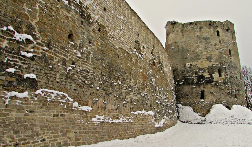 Северная стена Изборска и башня Вышка - самая высокая (с шестиэтажный дом) и мощная в системе изборских укреплений.
