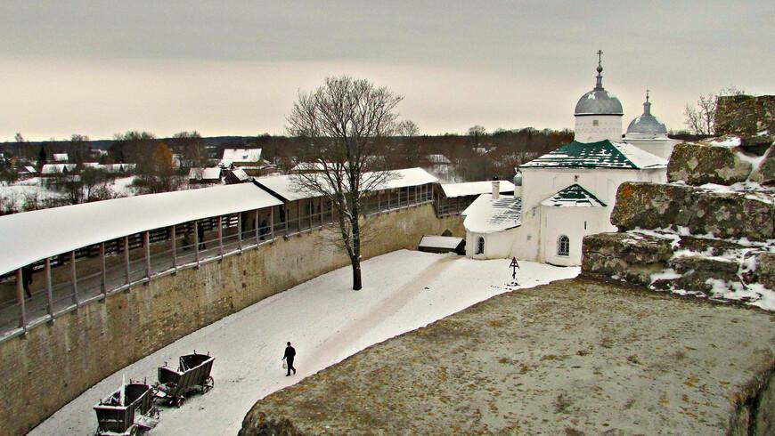 Южная стена с вершины башни Луковки.