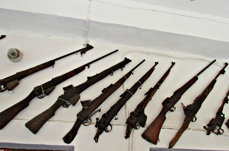 Греки, британцы и немцы имели на вооружении винтовки и карабины разного образца. Английские войска использовали винтовки «Ли-Энфилд». Греки были  преимущественно вооружены устаревшими австрийскими 6,5-мм горными карабинами Манлихер-Шонауэр и 8-мм винтовками Штайр-Манлихер М1895, полученными в качестве репараций после окончания Первой мировой войны. Некоторые  греческие солдаты имели старинные французские винтовки Гра образца 1874 года. Из-за несоответствия калибров вооружения они не могли использовать британские     боеприпасы.