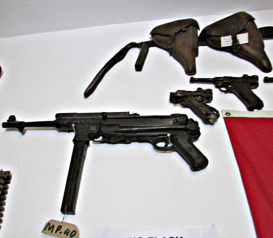Основным  вооружением немецкого десантника был карабин Маузер 98k и   пистолеты-пулеметы MP-38 или МР-40.