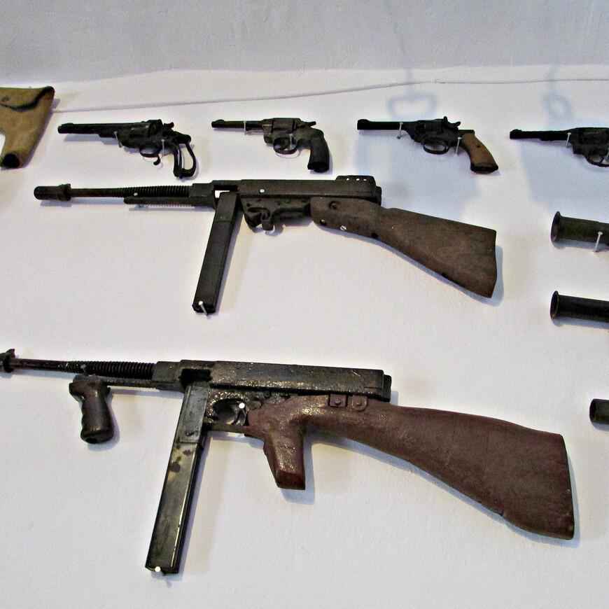 Среди прочих экспонатов в музее представлены американские «томпсоны», а так же другие образцы огнестрельного и холодного оружия.