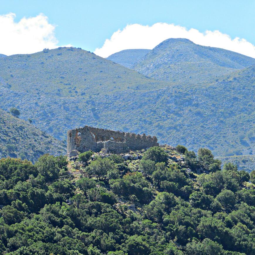 На вершине холма в северо-восточной части плато были сооружены две турецкие крепости. Они контролировали стратегически важную дорогу из Хора Сфакиона в северную часть острова. Теперь от крепостей остались одни руины…
