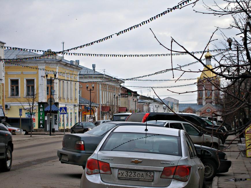 Совесткая улица - центральная улица города. На переднем плане (там, где аптека) - бывший дом уездного врача Юкавского.