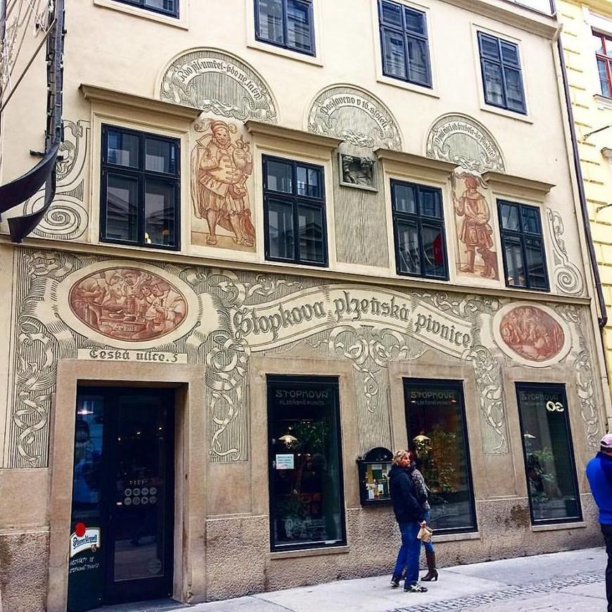"""Стопковая пивная долгие годы считается """"очагом"""" общественной жизни в городе Брно. Несколько сортов пива в сочетании с чешской кухней в прекрасной атмосфере, оставят у Вас хорошие воспоминания."""