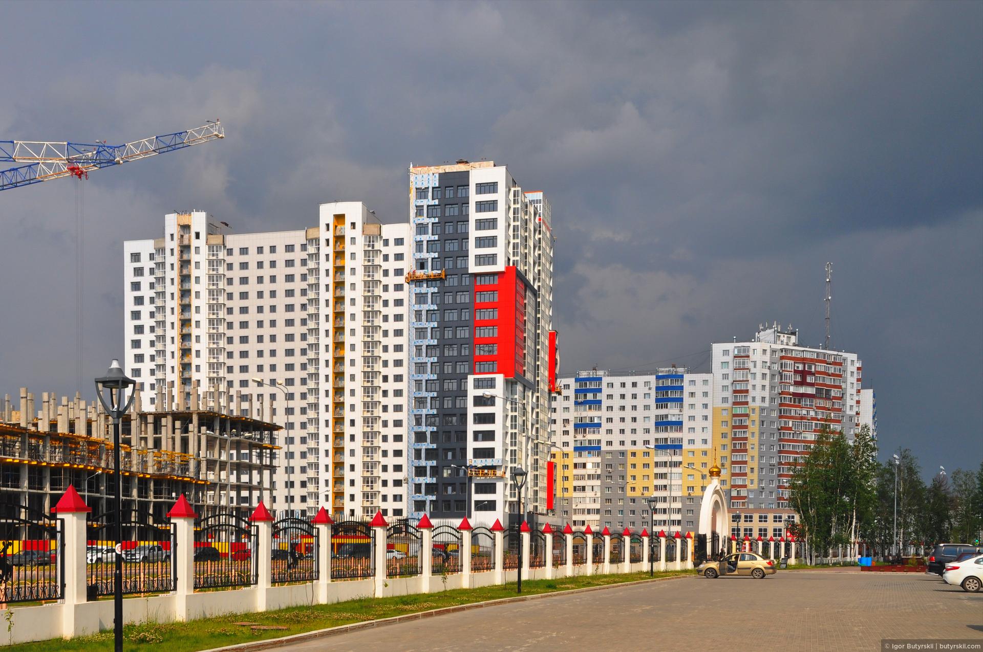 01. По уровню и высотности строительства Сургут на несколько голов выше всех аналогичных городов (по населению), даже намного выше, например, Челябинска, который в 3 раза больше по населению., Сургут
