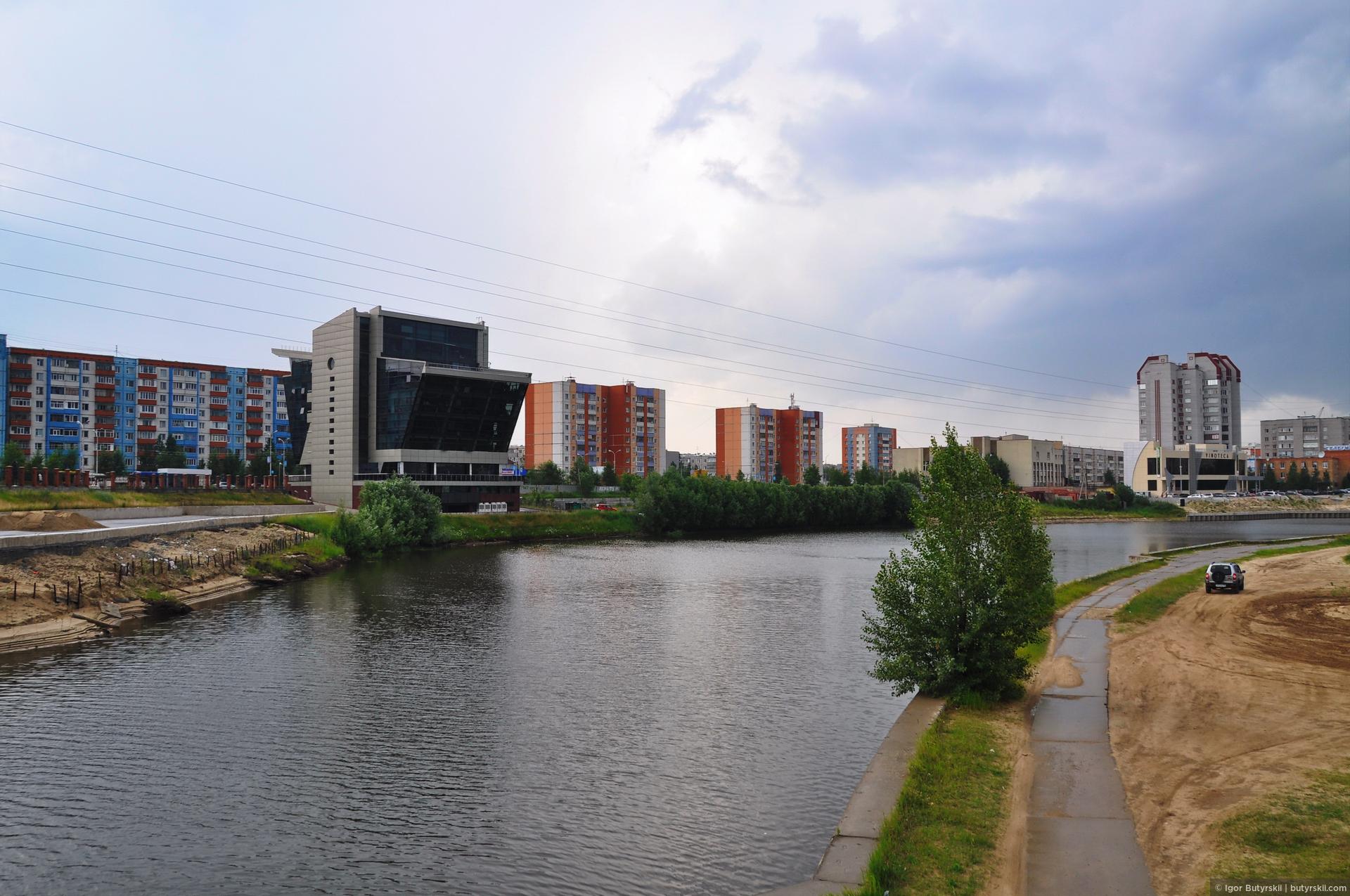 15. Набережная одного из каналов на реке Сайма, протекающей в городе. Выглядит не очень, хотя я заметил такую тенденцию на северах: чем меньше город – тем он красивее. Учитывая, что Сургут самый крупный город в регионе, то все сходится., Сургут