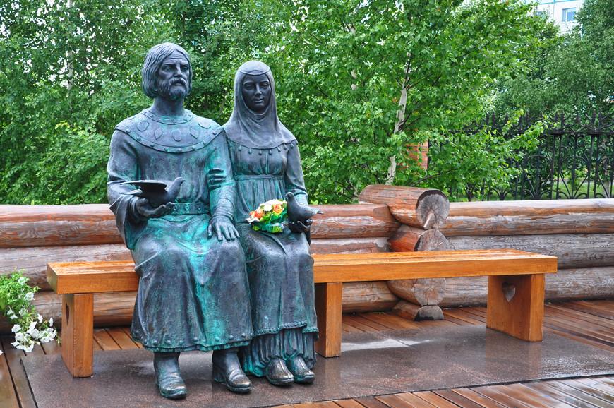 24. Пётр и Феврония. Интересная комбинация дерева и бронзы в одной скульптуре.