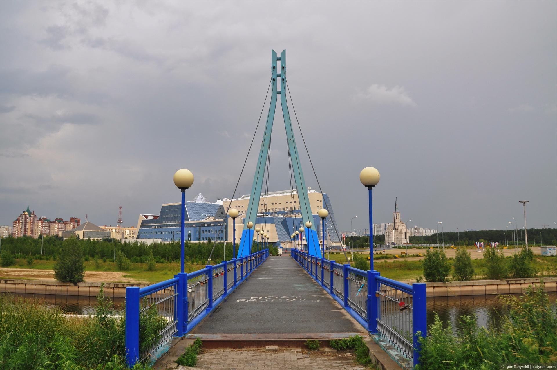 25. Небольшой вантовый пешеходный мост. Недалеко от Сургута, по дороге на Нефтеюганск на Оби построен шикарный огромный вантовый мост. Но снять его мне нормально так и не удалось, все эта погода противная., Сургут