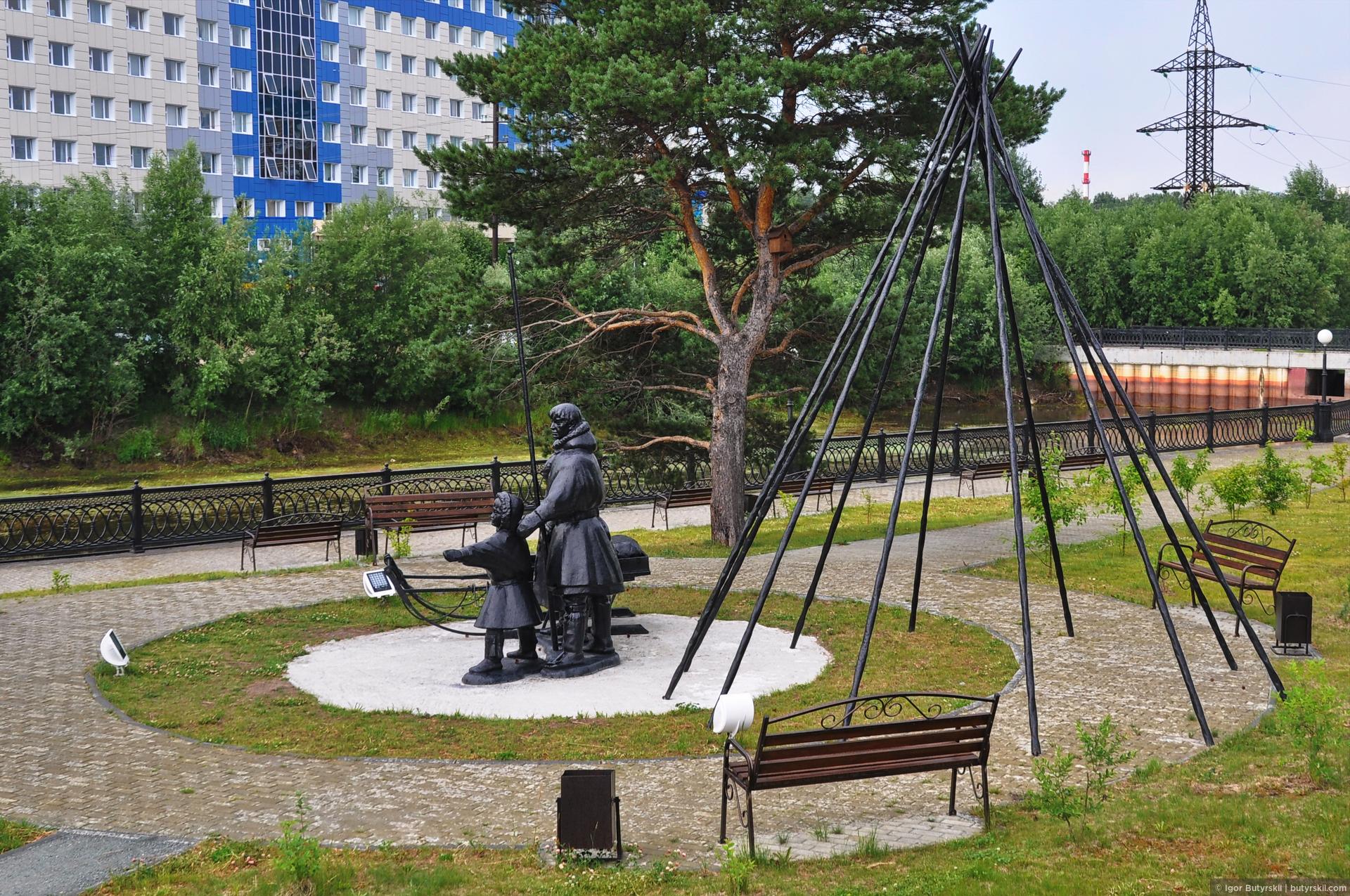 27. На другой набережной находится небольшой парк с национальными скульптурами. Попасть в него было почти нереально, вход располагается так неудобно, парковок нет вообще, а дождь не давал гулять подолгу., Сургут
