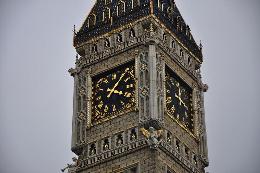 32. Архитекторы пытались повторить башню Биг-Бен, я не знаю, насколько близко получилось, но уровень внимания к деталям приятно удивляет.
