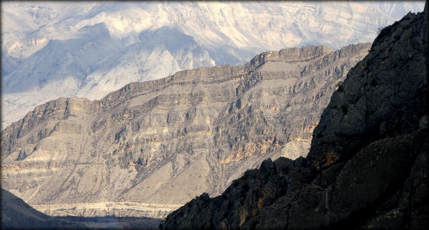 Естественными границами горного Дагестана являются: Снеговой и Андийский хребты — до гигантского каньона Сулака, Гимринский, Лес, Кокма, Джуфудаг и Ярудаг — между Сулаком и бассейном Самура, Главный Кавказский хребет — на юго-западе обоих бассейнов.