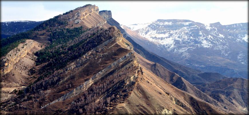 К сланцевым хребтам относятся Снеговой с массивом Диклосмта (4285 м), Богос с вершиной Аддала-Шухгельмеэр (4151 м), Шалиб с вершиной Дюльтыдаг (4127 м).