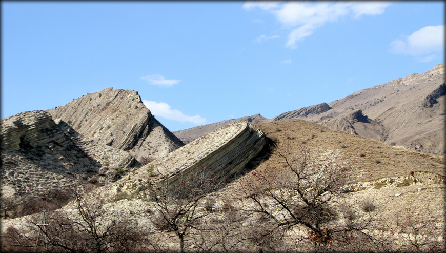 Главные из них — чёрные и глинистые сланцы, крепкие доломитизированные и слабые щелочные известняки, а также песчаники.